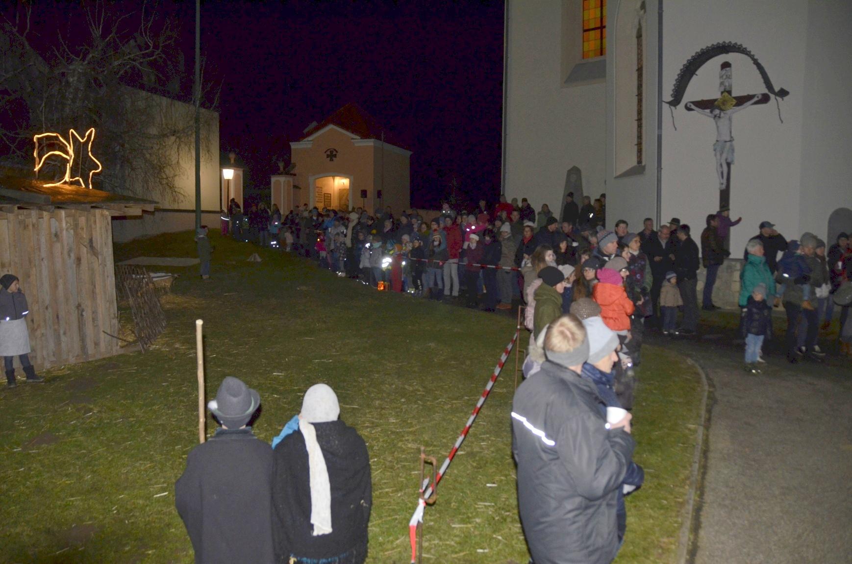 Hirtenspiel am Kirchplatz vor der Gemeinde