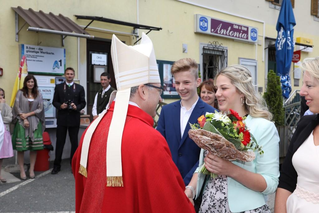 Empfang des Bischofs durch die Firmlinge