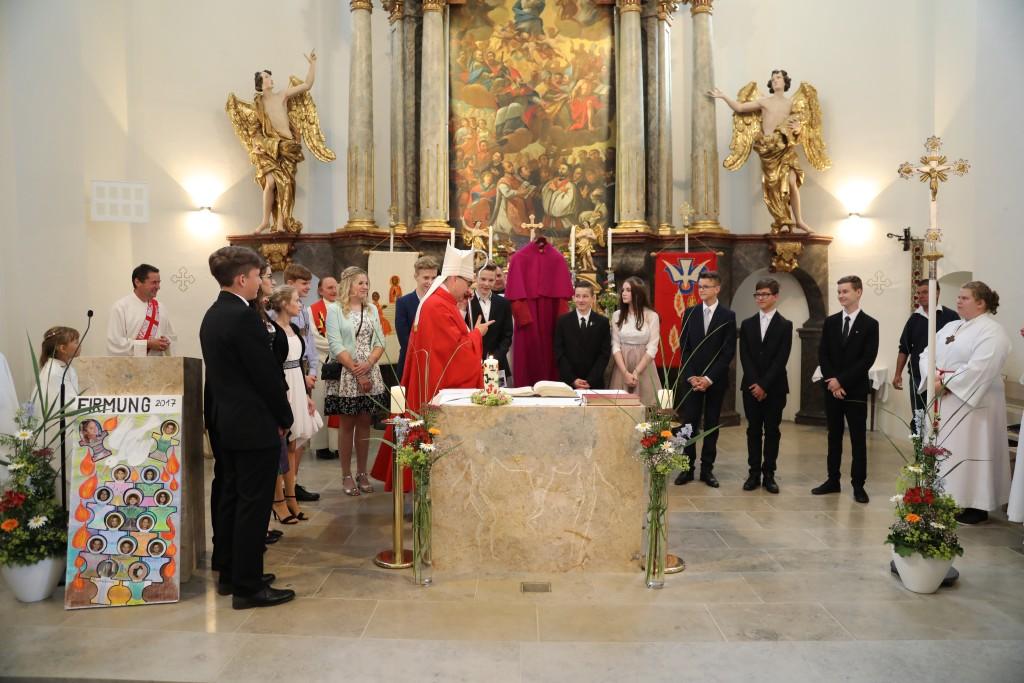 Bischof mit allen Firmlingen