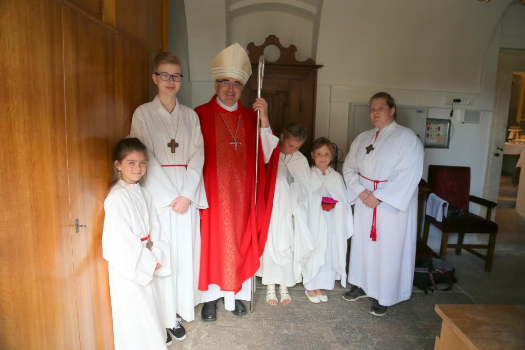 Bischof Wilhelm Krautwaschl mit den MinistrantInnen