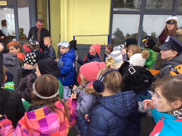 Bürgermeister Fuchs-Wurzinger verteilte Süßigkeiten