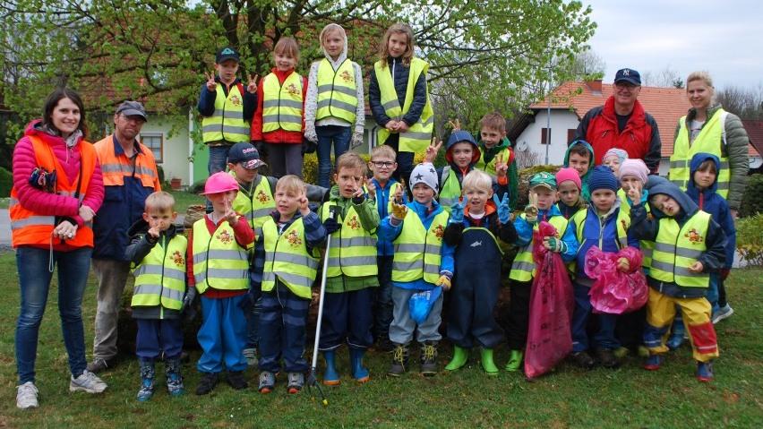 Schülergruppe und Kindergartengruppe beim Frühjahrsputz