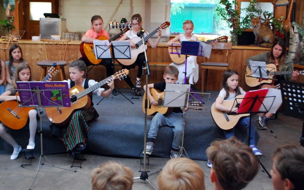 Die GitarrenschülerInnen von Wolfgang Hoffelner eröffneten die Muttertagsfeier