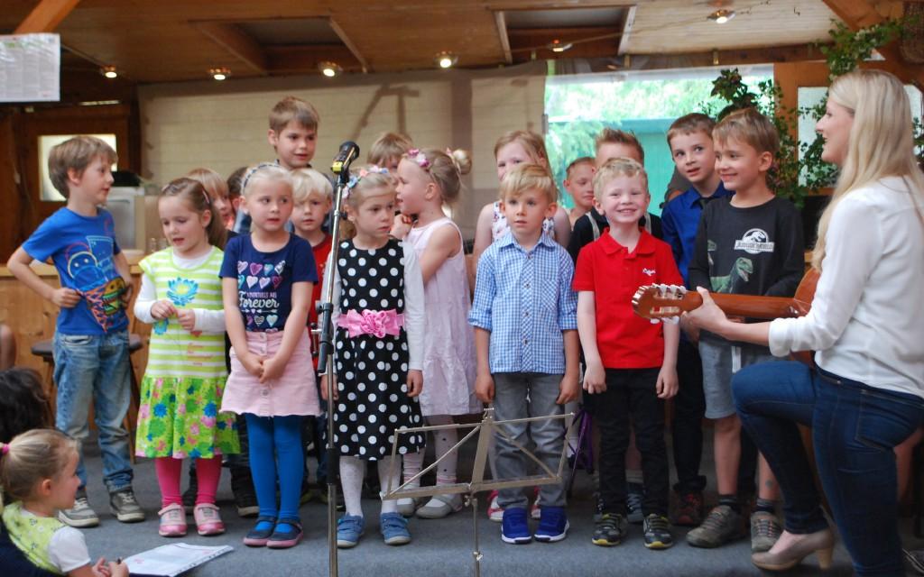 Der Kindergarten mit Klaudia Pölzl stellte sich mit einem Lied ein