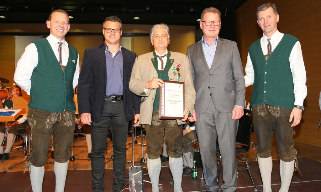 Georg Frühwirth erhält die Verdienstmedaille in Gold vom Österreichischen Blasmusikverband