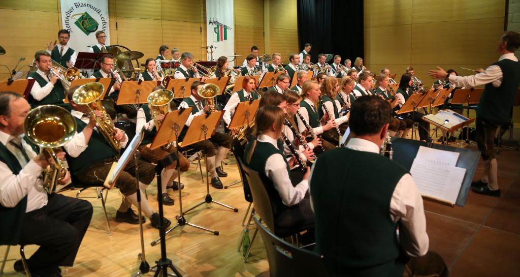 Die Musikerinnen und Musiker der Ortsmusikkapelle