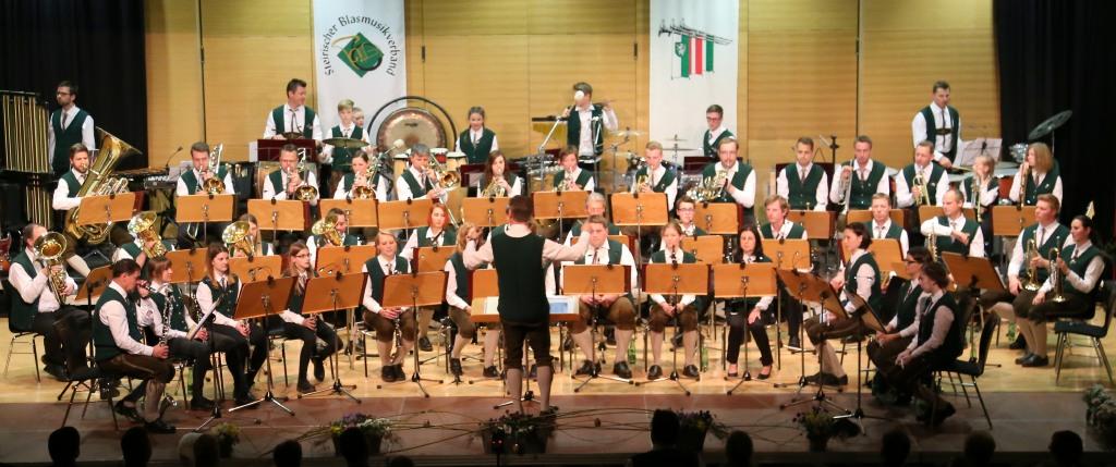 Die Ortsmusikkapelle beim Eröffnungsstück zum 47. Osterkonzert