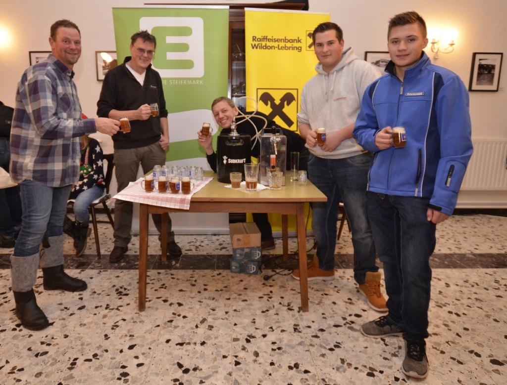 Die Teilnehmer vom Workshop Bierbrauen bei der Verkostung