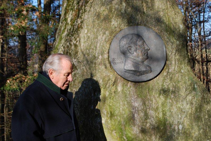 Dr. Josef Krainer jun. beim Gedenkstein