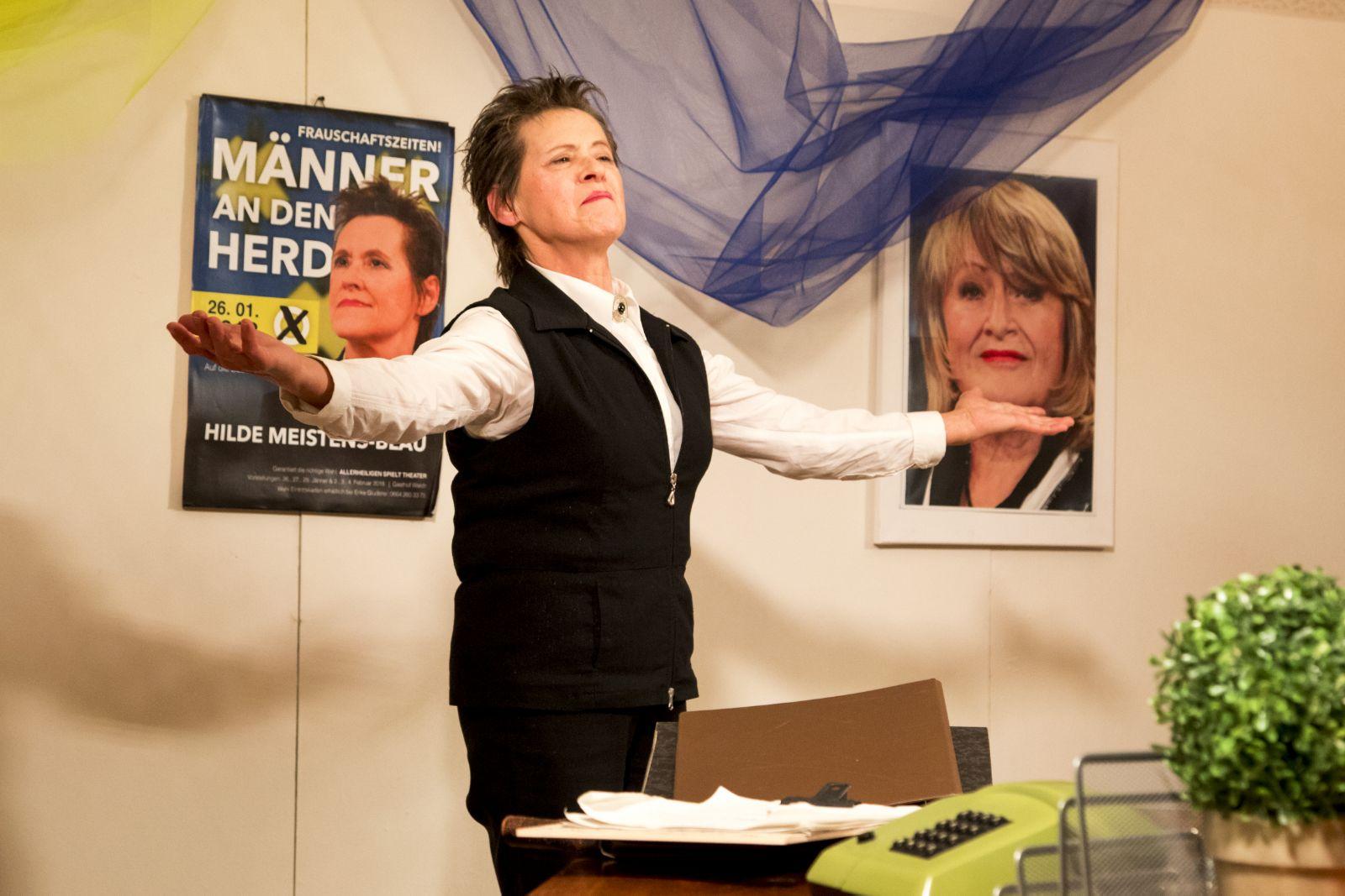 Christa Handl als Hilde Meistens-Blau, Kandidatin der Opposition