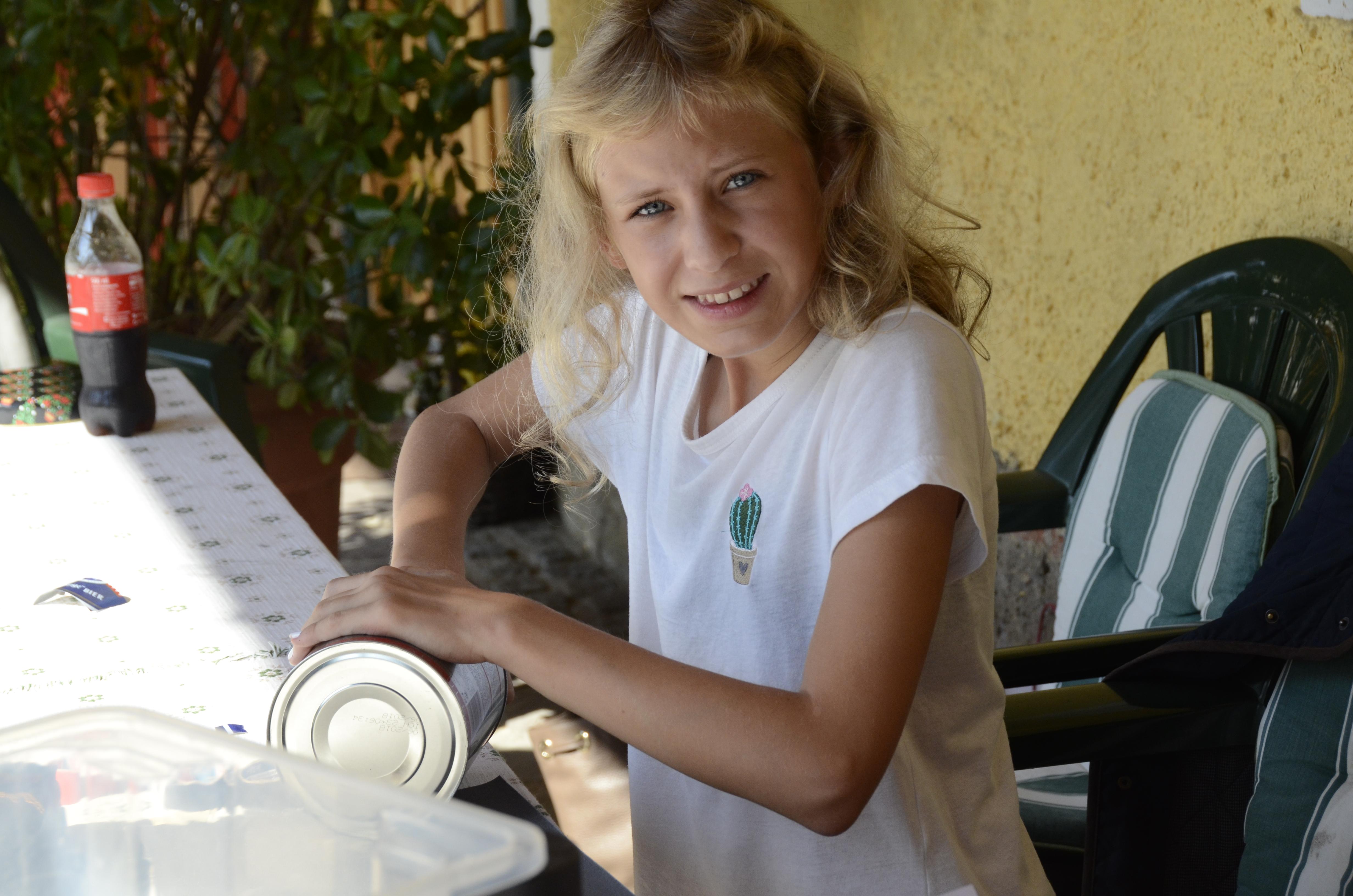 Lisa Schirnhofer arbeitet an ihrer Lochkamera